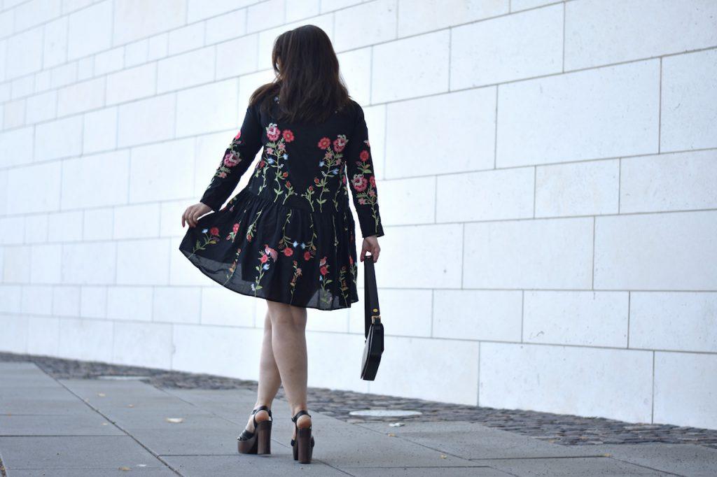 Zara kleid schwarz mit blumen