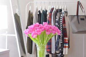 Wie mache ich meinen Kleiderschrank fit für den Frühling?