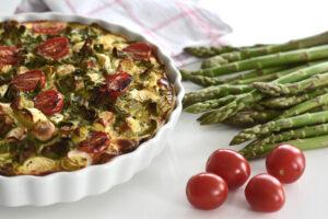 Rezept: Leckere Spargel-Quiche mit Frühlingszwiebeln und Tomaten