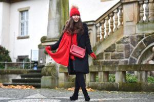Outfit: Klassischer Winterlook mit roten Akzenten, Kaschmir und Schnee