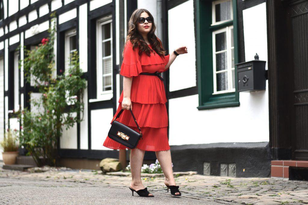outfit f r mehr modemut ein rotes kleid mit volants kombinieren. Black Bedroom Furniture Sets. Home Design Ideas