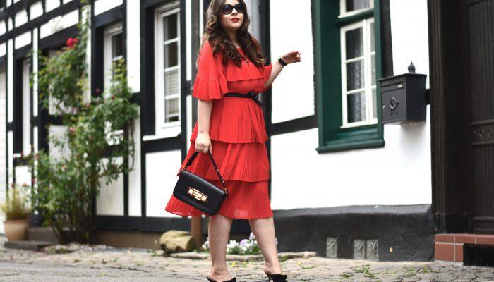 """Outfit: Für mehr """"Modemut"""" – ein rotes Kleid mit Volants kombinieren"""