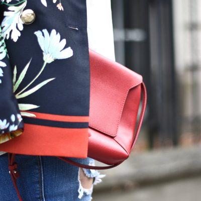 Outfit: Destroyed Jeans, rote Details und der Blazer mit Blumenmuster