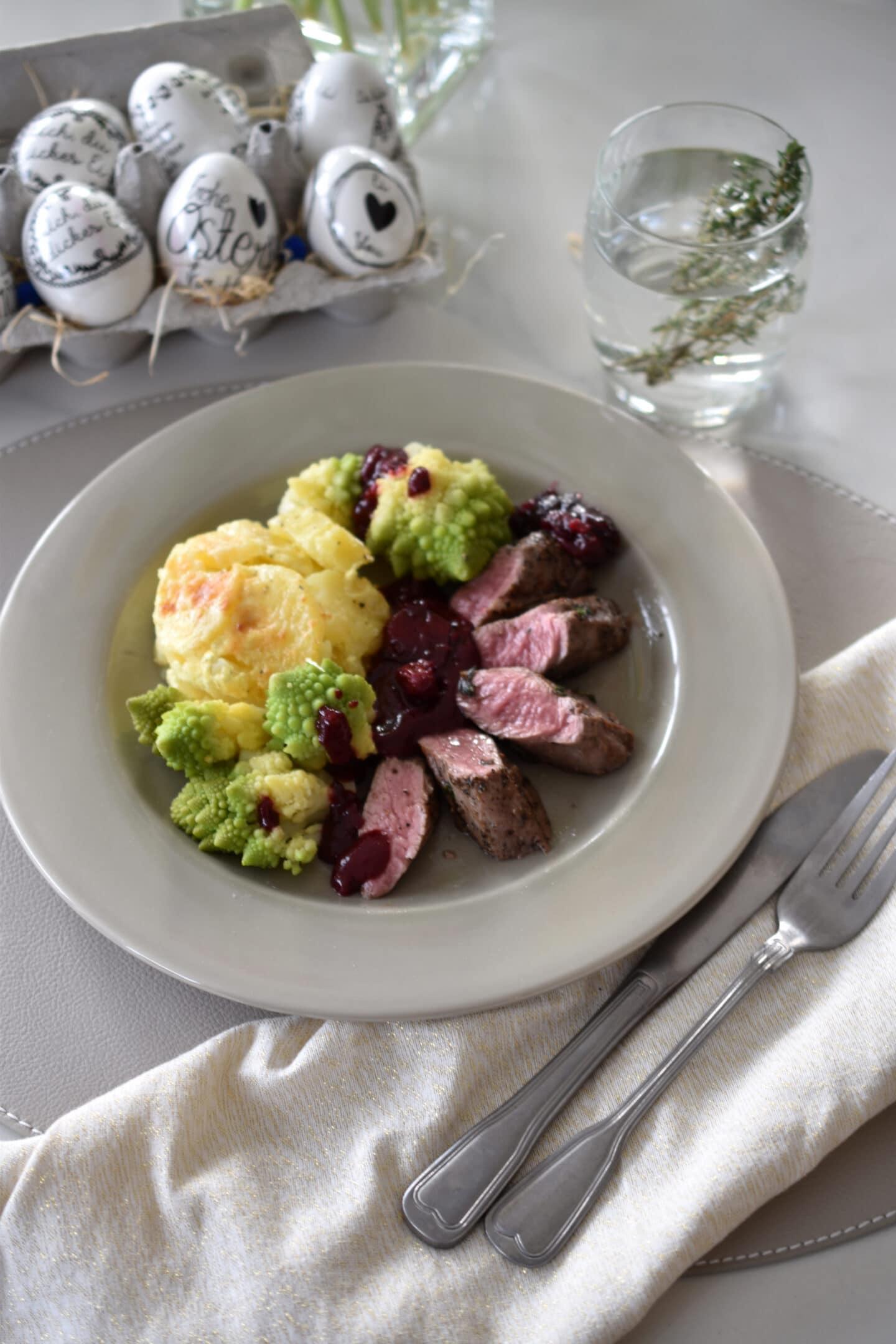 Lammfilet mit Kartoffelgratin, Romanesco & Kirschsauce - das Osteressen