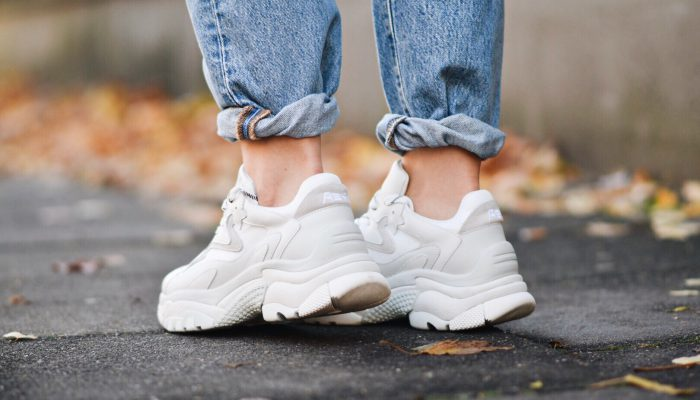 Outfit: Ugly Dad Sneaker richtig stylen mit Blazer & Jeans im Streetstyle
