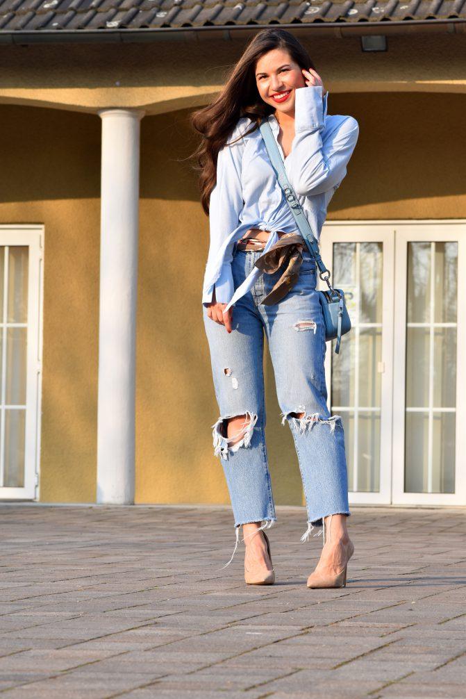 Spring Look in Blau mit Boyfriend Jeans, blauer Bluse und blauer Tasche
