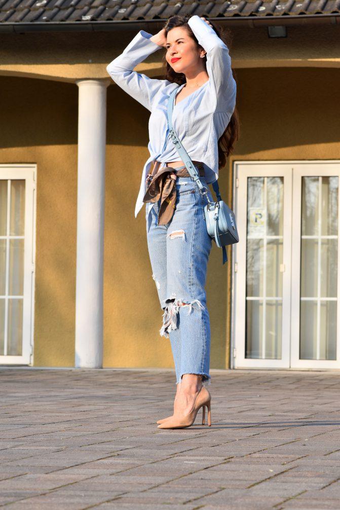 Outfitdetails Spring Look in Blau mit Boyfriend Jeans, blauer Bluse und blauer Tasche