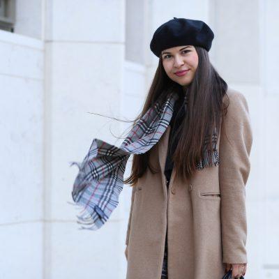 Outfit: Mit Camel Coat, einer Prise Burberry und Barett in den Winter