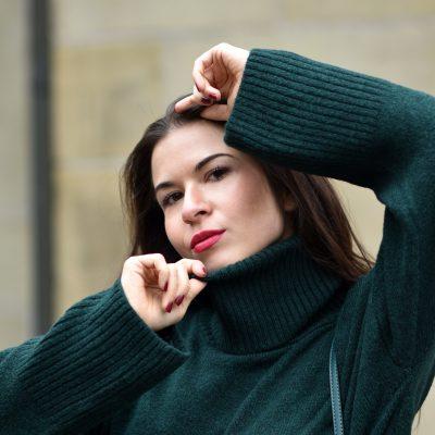 Winterlicher Look mit Lederhose, Knitwear und grünen Details