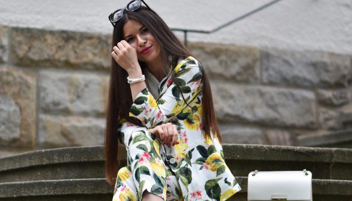 Anzug mit Zitronenmuster trifft auf sommerlichen Chic