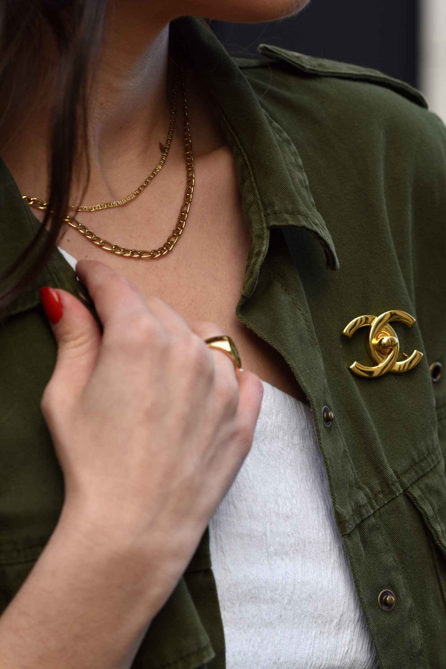 Cargo Jacke mit weißer Jeans, asymmetrischem Top & goldenen Details