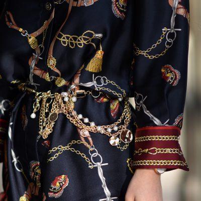 Outfit: eleganter Stilbruch mit Hemdblusenkleid und Wildleder