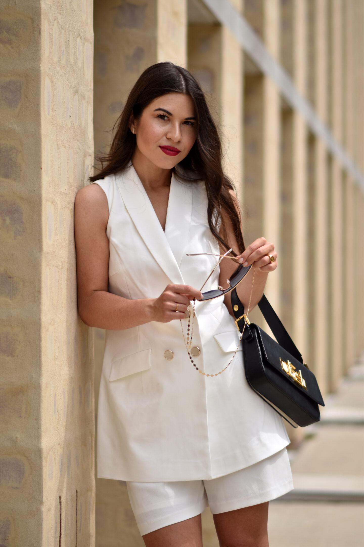 Look mit weißer Weste, Shorts und Baguette Bag