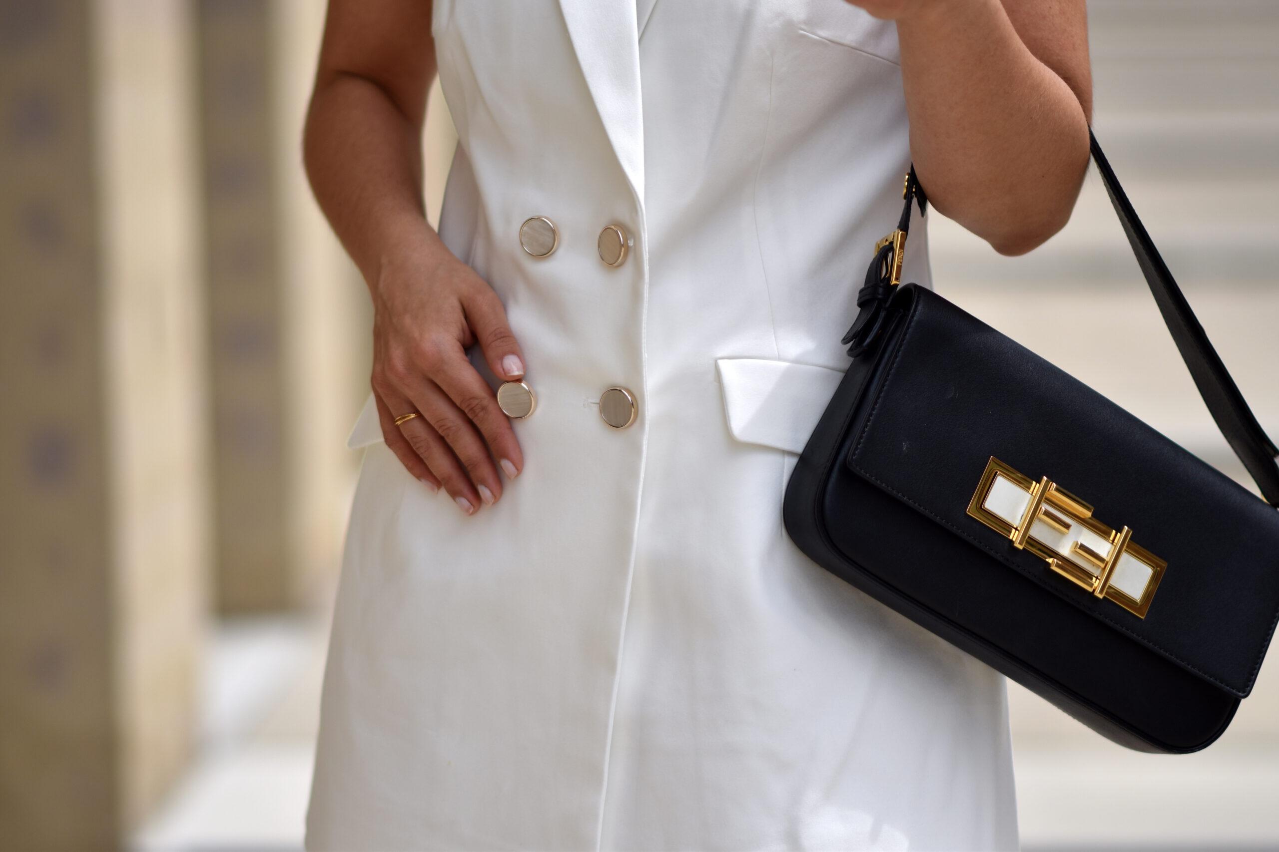 90ties Sommerlook mit weißer Weste, Shorts und Baguette Bag