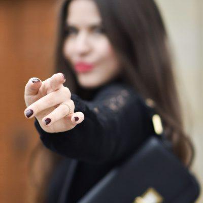 Outfit: mein klassischer Weihnachtslook in Schwarz mit Chanel Brosche