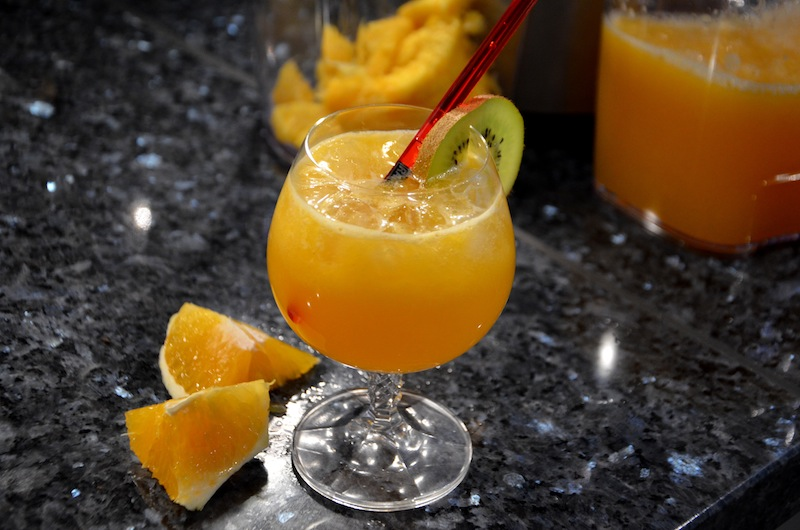 cocktail-flair: ananas-orangensaft mit kokosmilch
