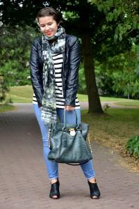 Casual Look mit Lederjacke, Streifenshirt, Jeans und Sandalen