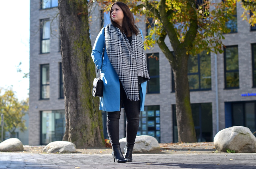 Blauer mantel outfit
