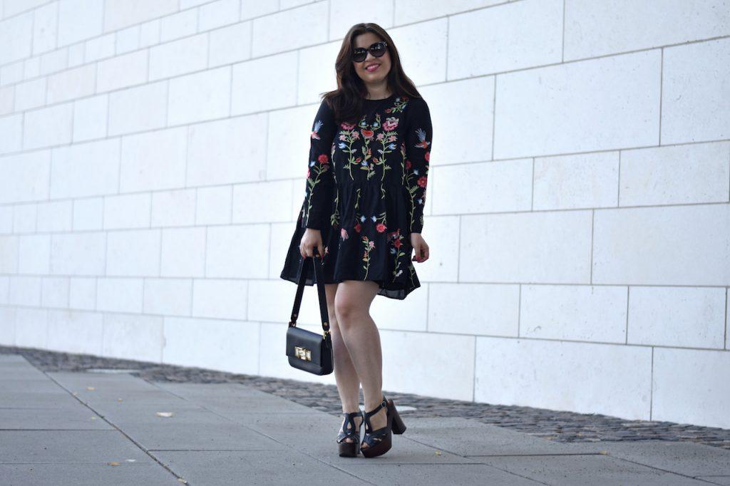 Outfit Zara Blumen-Kleid mit Fendi 3 Baguette Bag