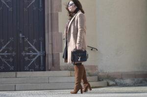 Outfit: Wildlederstiefel und Wollmantel