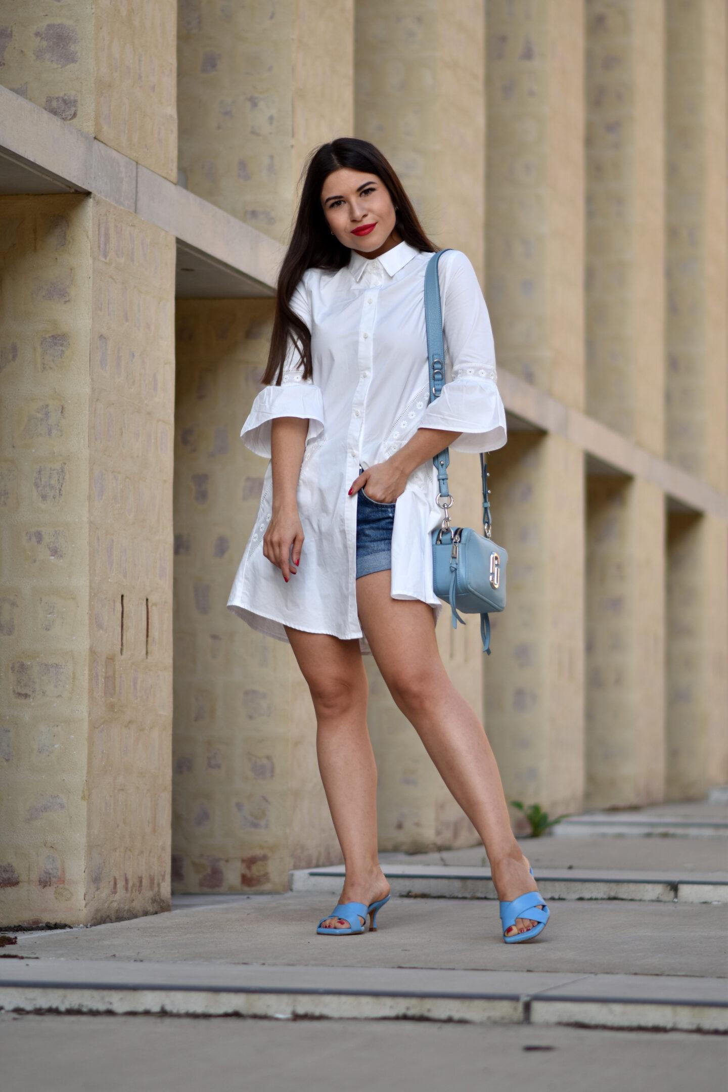 Das weiße Hemdblusenkleid mit blauen Details im Sommerlook
