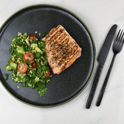 Leicht, gesund und gut sättigend: Gegrillter Lachs mit Taboulé