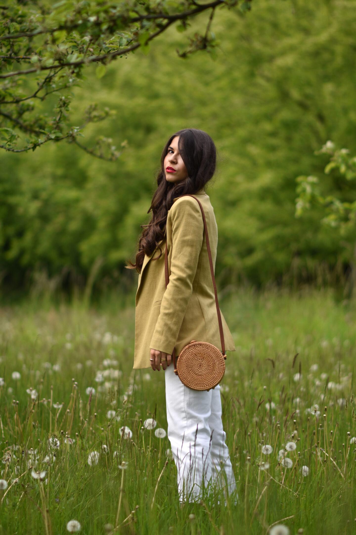 Romantischer Look mit Cropped Top, Leinenblazer und weißer Jeans