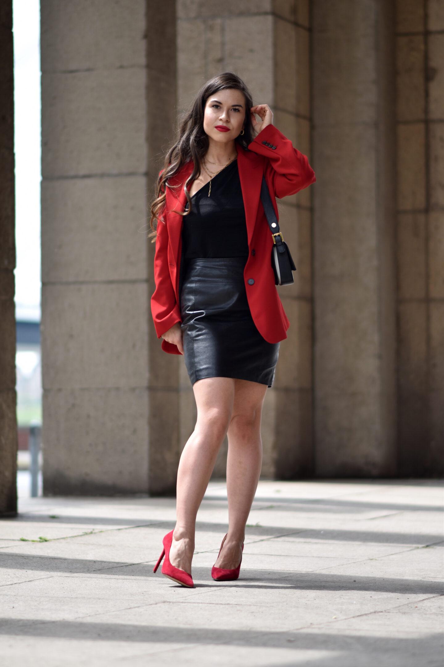 Eleganter Look mit rotem Blazer, Lederrock und roten Pumps