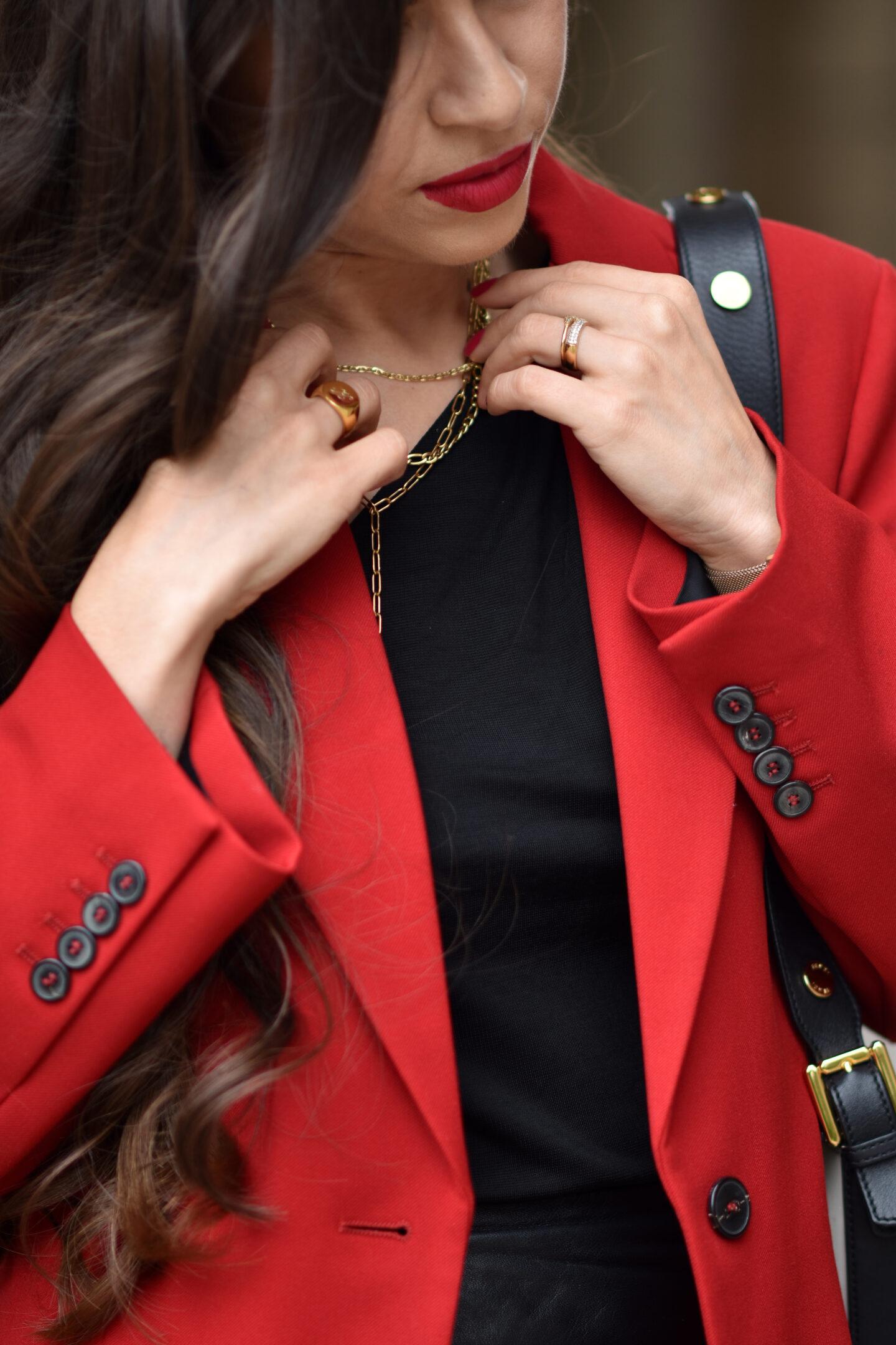 Details Eleganter Look mit rotem Blazer, Lederrock und roten Pumps