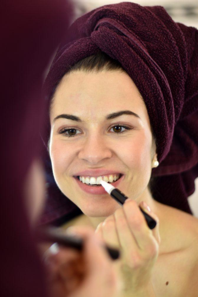 Auftrag des Smile Secret Stifts vor dem Phone Bleaching