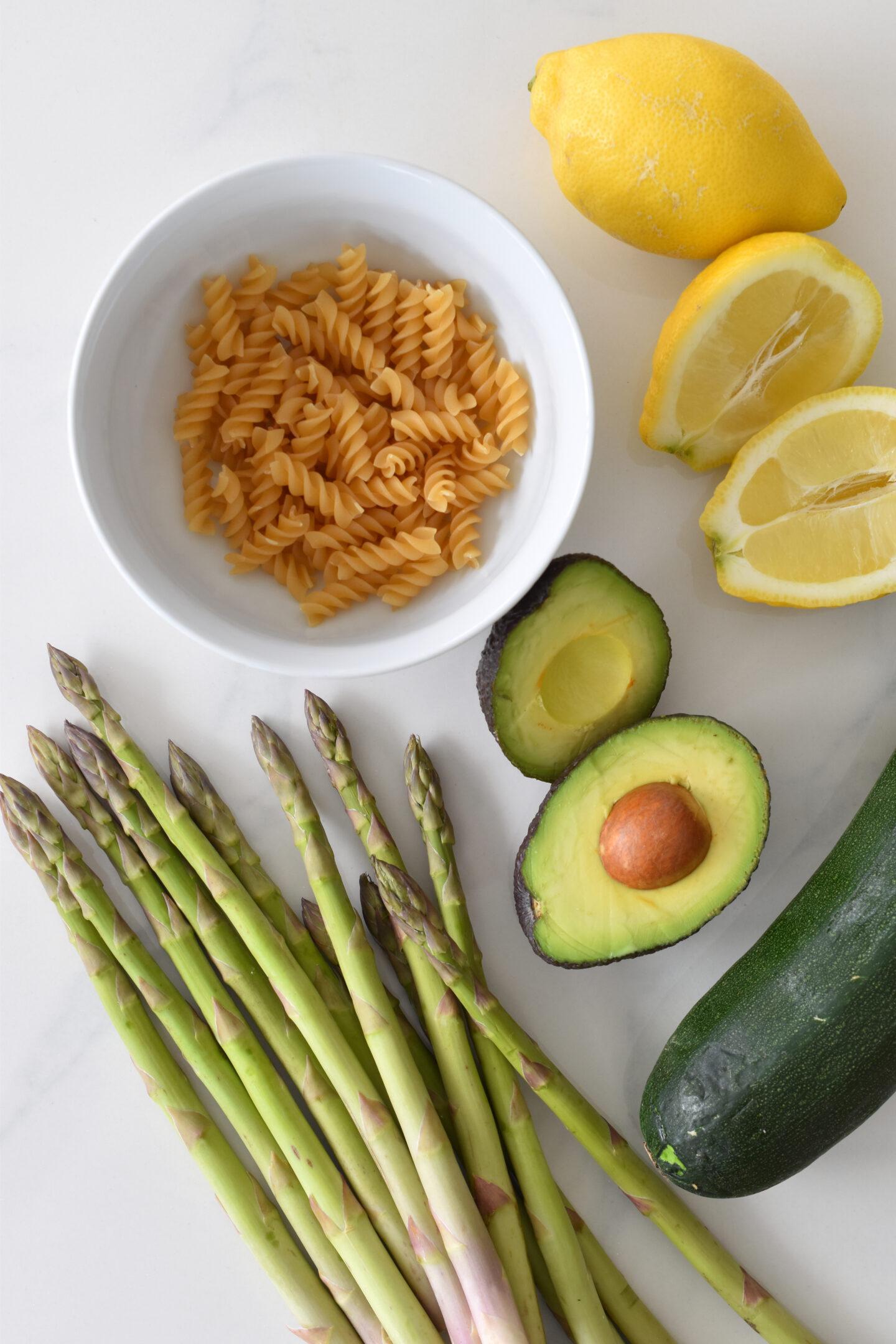 Avocadopesto mit Zucchini, grünem Spargel und Dinkelfusilli