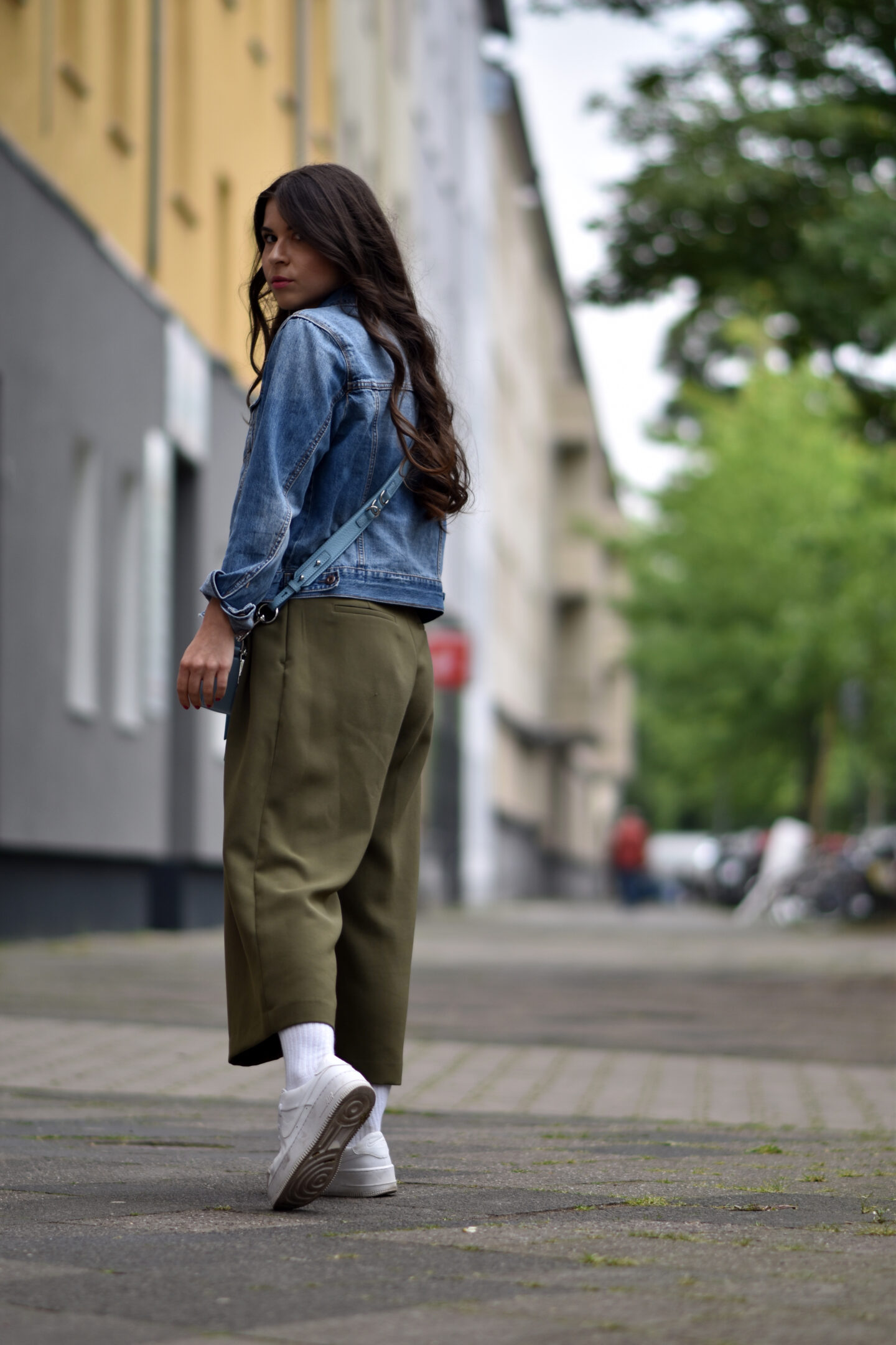 Streetstyle mit Jeansjacke und Nike Air Force 1 Sneakern