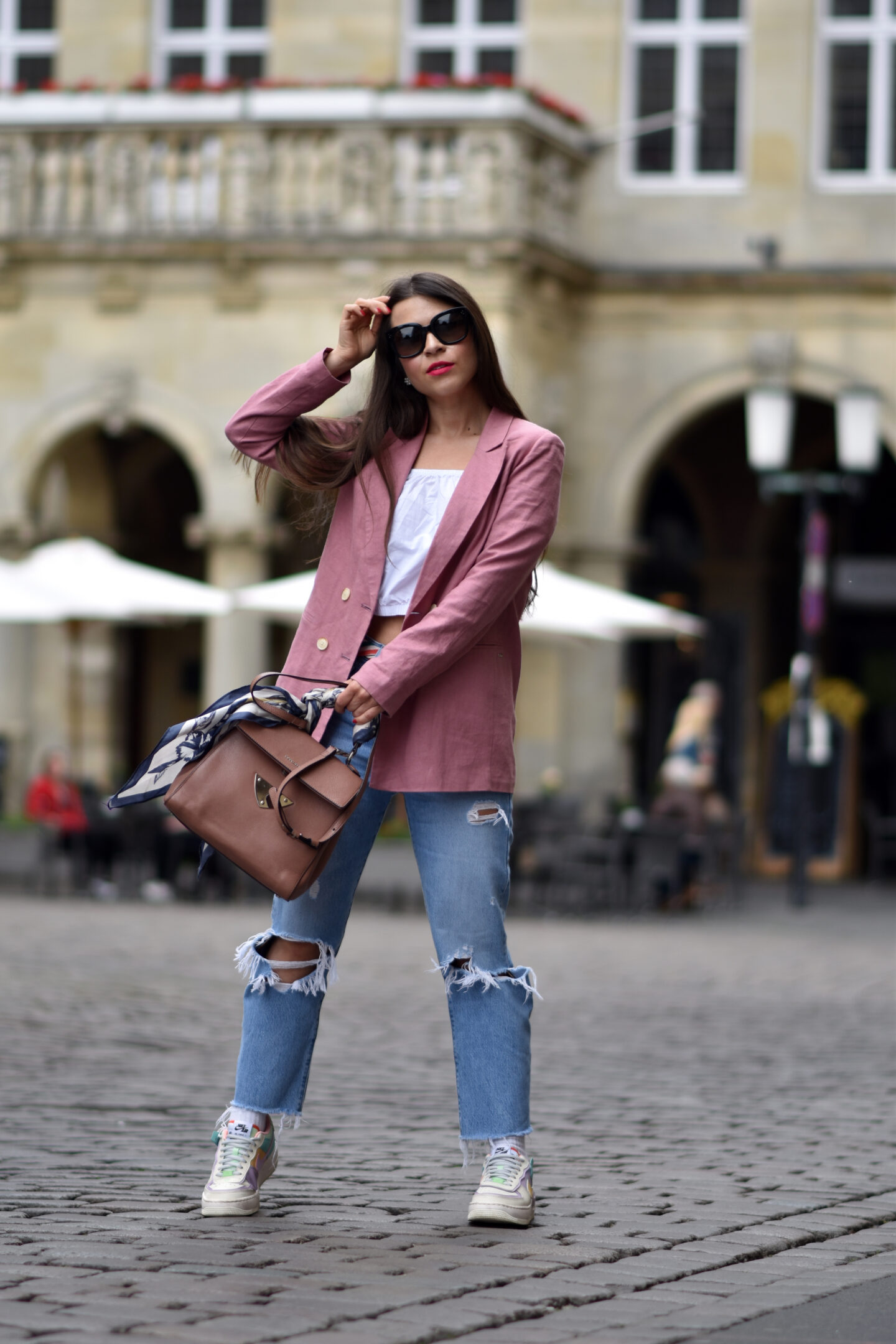 Nike Air Force 1 Shadow im Streetstyle mit rosa Blazer & Boyfriend Jeans