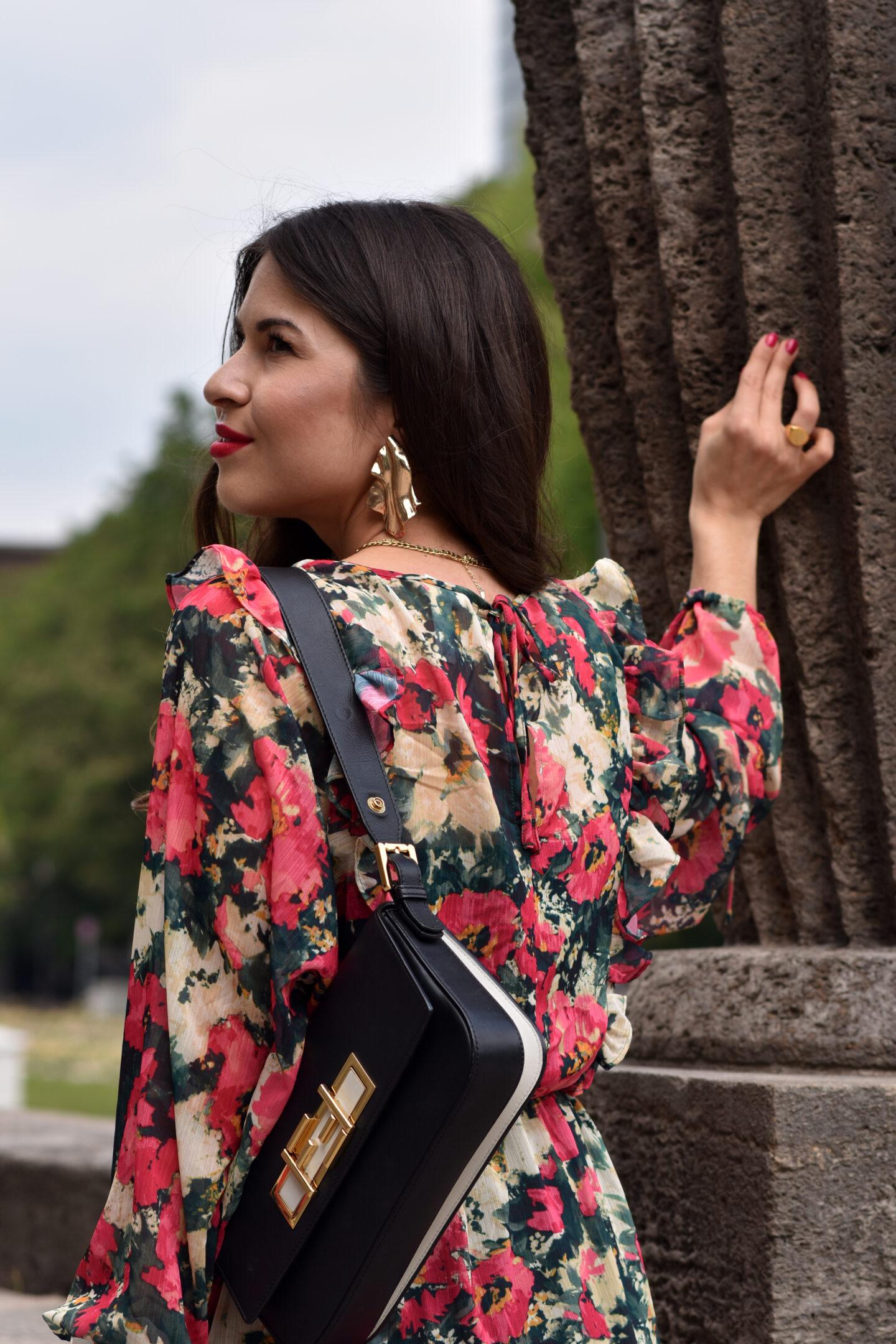 Das elegante Blumenkleid