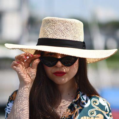 Outfit: Hawaii-Hemd trifft auf Bambustasche mit Cat Eye Sunnies