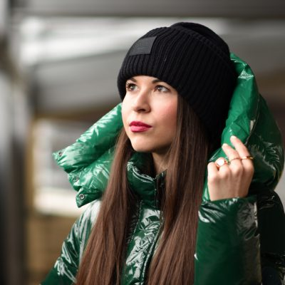 Glossy Puffer Coat im Winter Streetstyle mit Dr. Martens & Acne Beanie