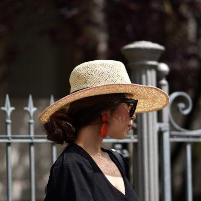 Leinenkleid mit Accessoires aus Stroh im Streetstyle