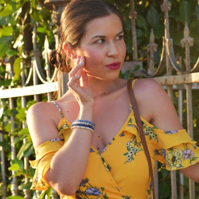 Gelbes Sommerkleid mit Sandalen und Korbtasche