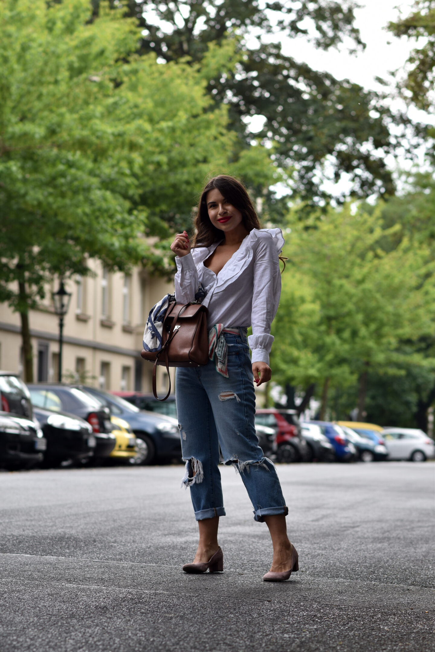 Verspielter Streetstyle mit Destroyed Jeans & Bluse mit Volants