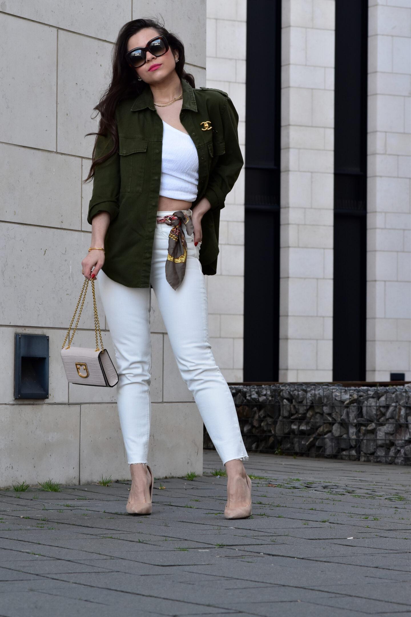 Cargo Jacke mit weißer Jeans