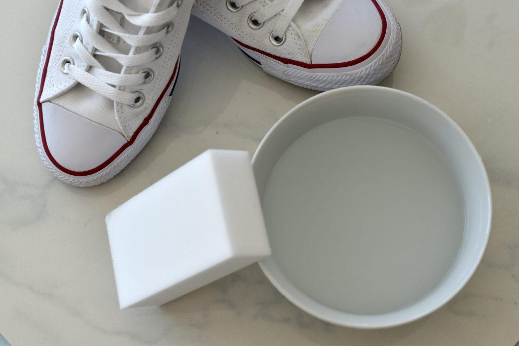 Weiße Chucks reinigen