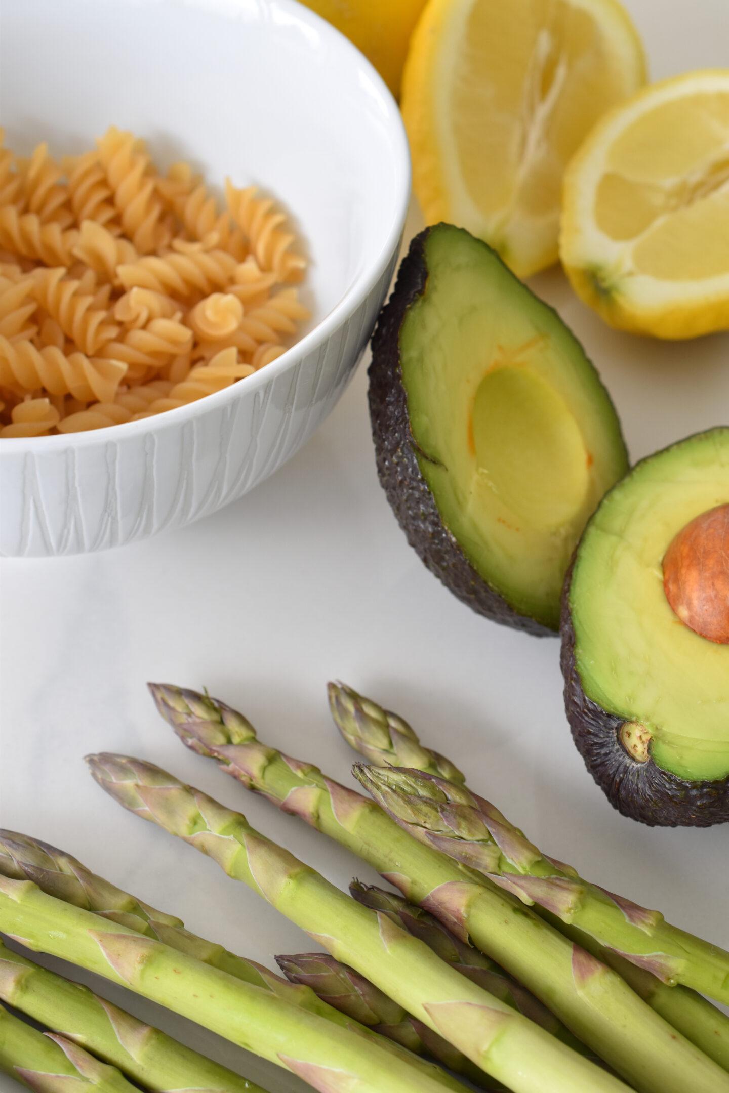 Rezept Avocadopesto mit Zucchini, grünem Spargel und Dinkelfusilli