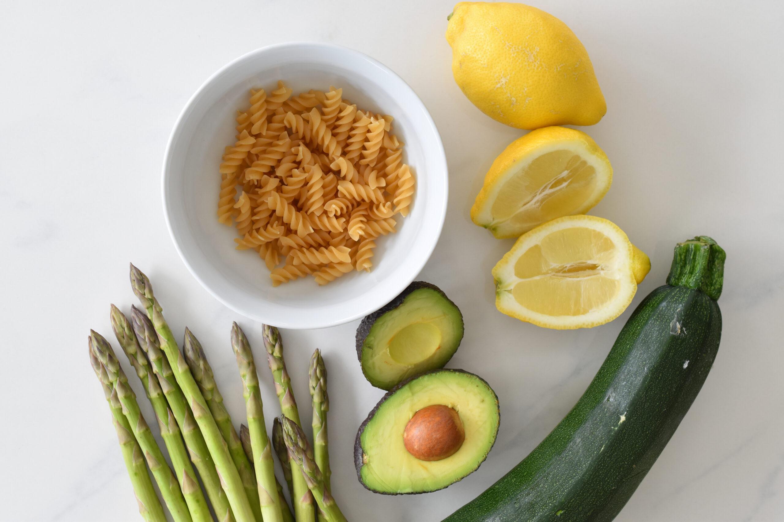 Zutaten Avocadopesto mit Zucchini, grünem Spargel und Dinkelfusilli